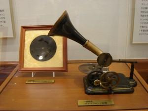1889年製造の円盤式レコード第一号と同年製造のグラモフォン第一号機(北海道新冠町立レ・コード館所蔵)